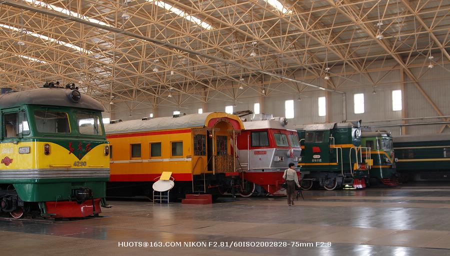 """10""""毛泽东号""""驾驶室中部   3、左手边都是内燃机车和电力机车   2、"""