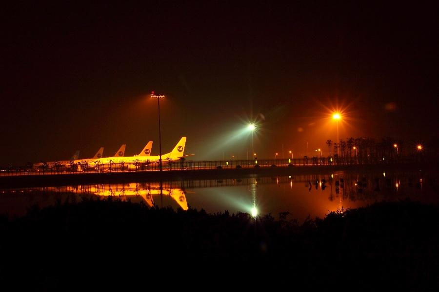 (一)萧山机场(上) 2012年11月2日晚8:05,我坐在波音737客舱里,舷窗外是星星灯火,一个轻柔的女声从广播传来:各位乘客,本次航班很快就降落到杭州萧山机场了。请您注意,飞机顺利着陆,我走出客舱,眼前一片灯火辉煌,杭州,杭州,我毕竟来了。一名清新的空姐站在舷梯,浅浅一笑,这时,扩音器放出一支若有若无的曲子,似乎是《告别年轻岁月》。抬起头,我仰望飘浮在机场上空的乌云,一边回想着过去,还有自己曾经失落了的岁月,离开了或消失无踪的朋友们,以及烟消云散了的爱情。  刚来文坛那会的我并不在意什么友情交