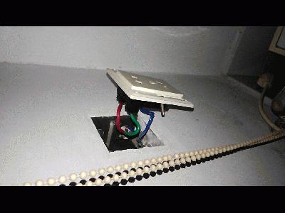 问题不在微断那里,在问题插座后面的接线.